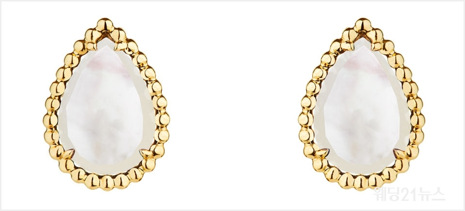 사진 : Serpent Boheme stud earrings, S motif, set with two white mother-of-pearl , in yellow gold